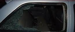 Carro tem vidro quebrado na Vila Aurora 26/05/2016