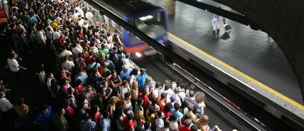 Engraçadinho fala que ia explodir bomba no metro e é preso.