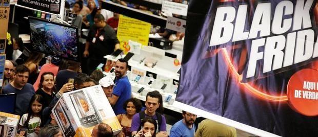 Consumidores aproveitam ofertas da Black Friday desde a madrugada