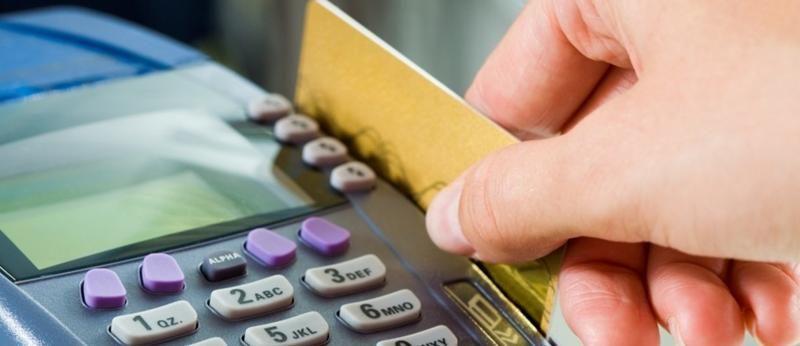 Juros do cartão sobe para 484,6% ao ano em dezembro, diz BC